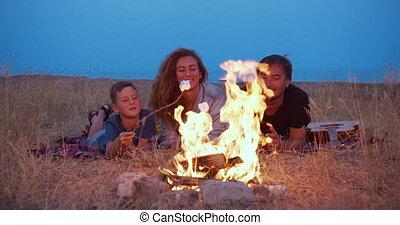 parents, plage, camping, bâtons., evening., fils, sien, rôti...