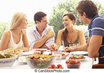 pares, comer, dois, jovem, ao ar livre