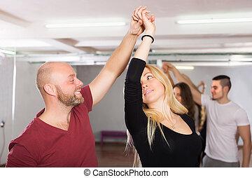 pares, dança, desfrutando, sócio