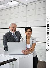 pares del negocio, con, un, computador portatil
