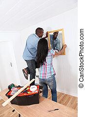 parete, coppia, specchio, giovane, appendere