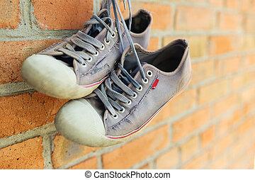 parete, scarpe tennis, mattone, vecchio, portato