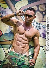 parete, shirtless, giovane, contro, graffito, muscolare, uomo