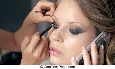 parfait, application maquillage, cosmétique, téléphone., poudre, peau, brush., modèle, parler, closeup.