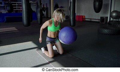 parfait, corps, femme, balle, crossfit, haut, motion., exercisme, jeune, fitness, gym., lent, training., médecine, fin, girl, fort, vêtements de sport