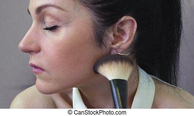 parfait, femme, application maquillage, peau