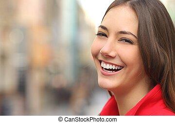 parfait, femme, rue, dents, sourire, blanc