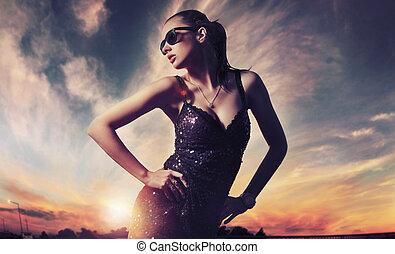 parfait, porter, dame, lunettes soleil, mode