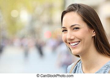 parfait, sourire, femme, rue, portrait