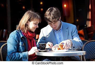 parigino, coppia, giovane, strada, colazione, caffè, detenere