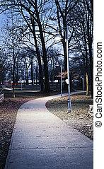 park, ścieżka, na, zmierzch