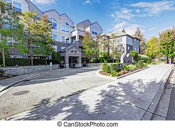 Park avenue residential building. Entrance view -...