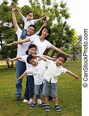 park, aziatische familie, vrolijke