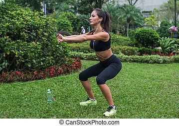 park., crise, bodyweight., elle, dehors, exercices, girl, athlète, femme, glutes, fonctionnement, noyau, dehors, accroupi, jeune
