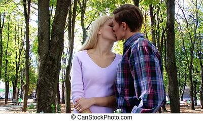 park., flirter, baisers, couple, jeune