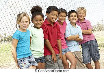 park, groep, spelende kinderen