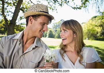 park, jego, uśmiechanie się, propozycja, sympatia, człowiek, biały kwiat