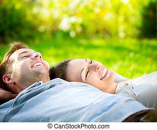 park., jeune couple, coucher herbe, extérieur