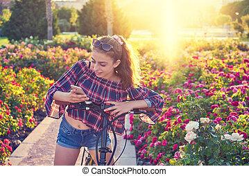 park, meisje, smartphone, fiets, spelend