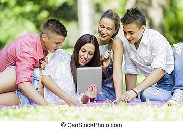 park, nastolatki, tabliczka