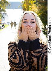 park., portrait, feuillage, arbres automne, apprécier, fond jaune, jeune, blond, séduisant, beau, parc, femme