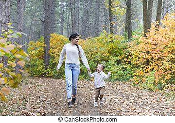 park., promenade, parent, fille, diminuez jour, automne, mère, forêt, enfant, jeu