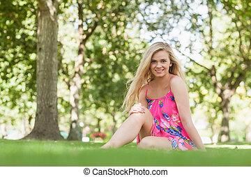 park, zadowolenie, kobieta, blondynka, posiedzenie