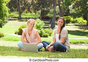 parkera, laptop, le, kvinnor, sittande