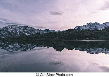 parkosít., idillikus, szög, visszaverődés, színes, alps., snowcapped, magasság, sunset., ég, tó, magas, lőtávolság, széles, színpadi, tart, lövés, hegy, olasz, alpesi növény
