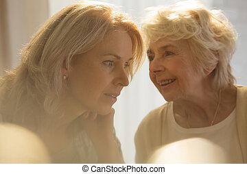 parlare, donna senior, figlia