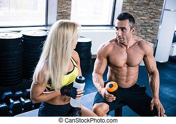 parlare, palestra, donna, muscolare, uomo