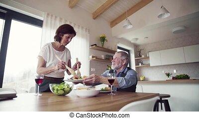 parler., personne agee, déjeuner, intérieur, servir, maison...