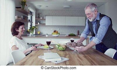 parler., personne agee, maison, intérieur, déjeuner, amour,...