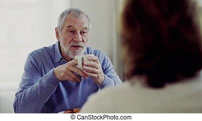 parler., séance, couple, personne agee, table, petit déjeuner, avoir, maison