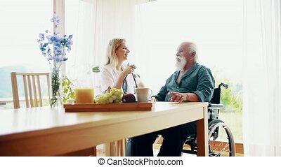 parler., visiteur, fauteuil roulant, stéthoscope, santé, personne agee, maison, homme