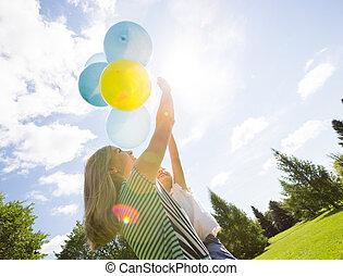 parque, balões, filha, tocando, mãe