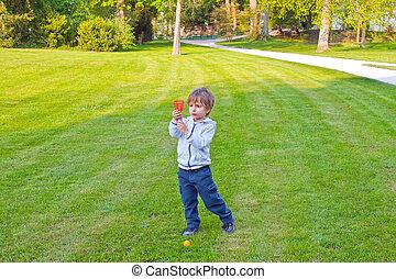 parque bola, tocando, criança