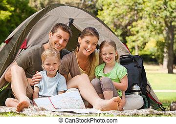 parque, familia que acampa