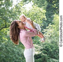 parque, mãe, bebê, retrato, tocando, feliz