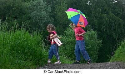 parque, menino, menina, guarda-chuva, tocando