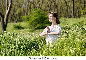parque, mujer que medita, joven