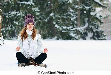 parque, mulher meditando, inverno