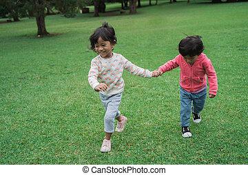 parque, niñas, joven, juntos, mano, corriente, tenencia