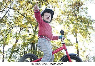 parque, niño, montar a caballo de la bicicleta