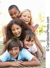 parque, niños, grupo, arriba, amontonado