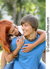 parque, par, ensolarado, abraçando, piggyback, amando