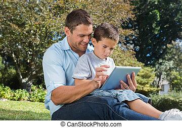 parque, utilizar, computadora personal tableta, hijo, papá