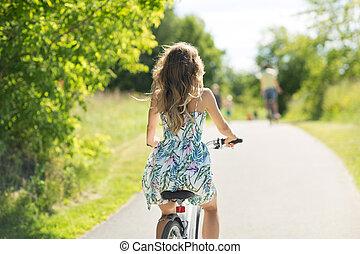 parque, verão, mulher, equitação bicicleta