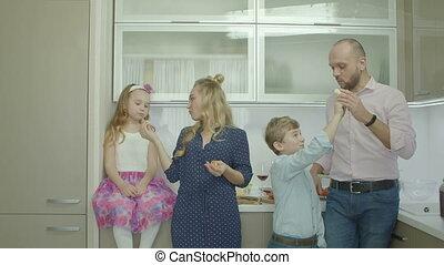 partage, parents, fruits, frères soeurs, joyeux, cuisine