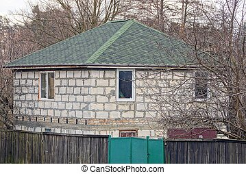 parte, uno, grigio, casa mattone, con, uno, verde, tetto coperto tegoli, con, vegetazione, e, albero, dietro, uno, recinto